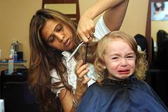 foto: erster haarschnitt das amedchen ist nicht gluecklich darueber