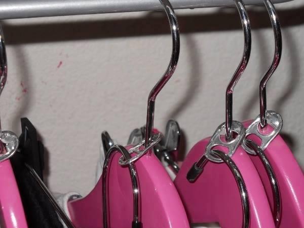 Erweitere deinen Schrank für Kleider-Bügel mit einfachen Getränke-Dosen Öffner Clips