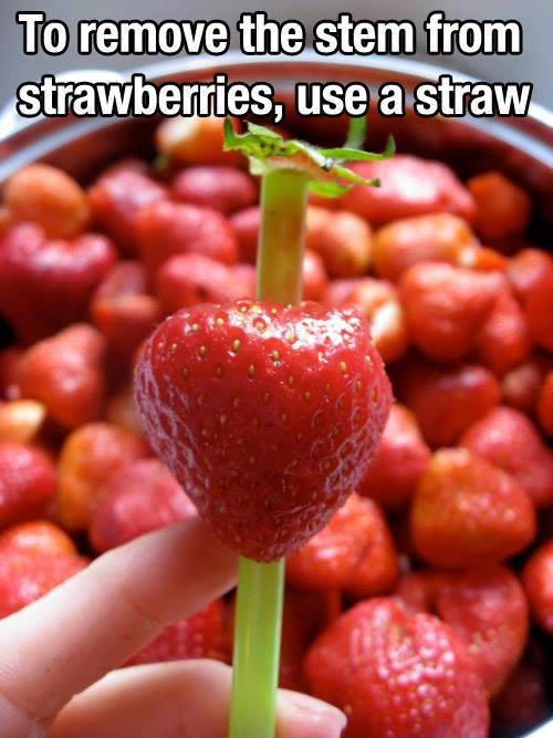 Erdbeeren mit einem Trinkröhrchen bearbeiten