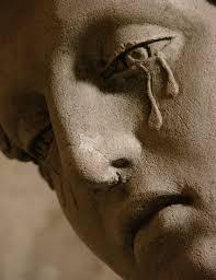 eine traurige statue