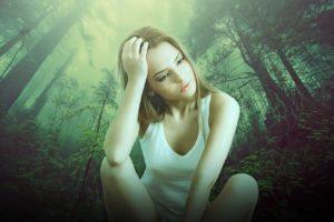 Frau sitzt im Wald und denkt nach. Menschenfreund.net - pixabay
